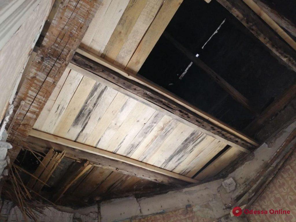 Коммунальщики восстановили рухнувшую крышу дома на Манежной