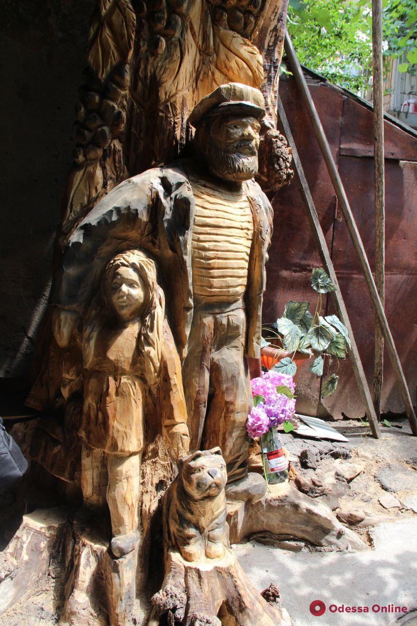 Старый моряк, девочка и котик: во дворе на Успенской открыли скульптурную композицию (фото)