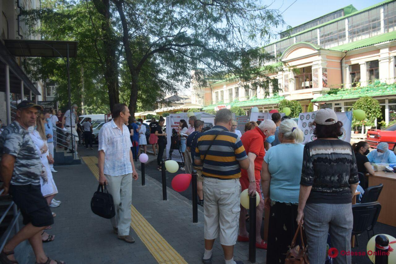 В центре Одессы горожан бесплатно тестировали на гепатит и ВИЧ