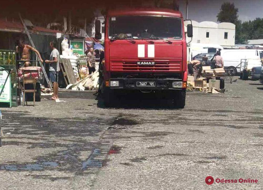 На Таирова тушили пожар на оптовом рынке