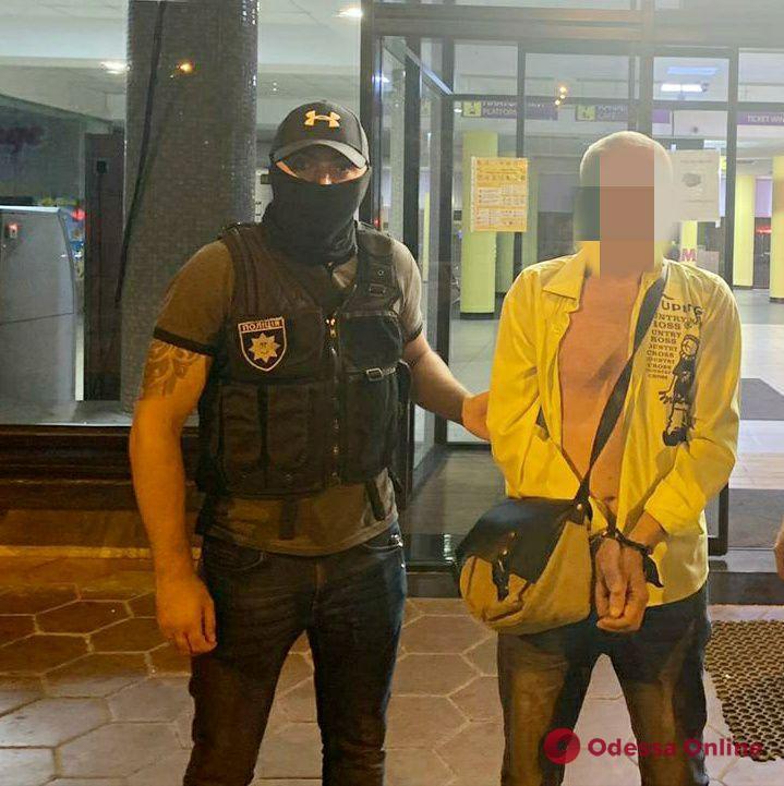 На одесском автовокзале задержали молдаванина, разыскиваемого за изнасилование несовершеннолетней