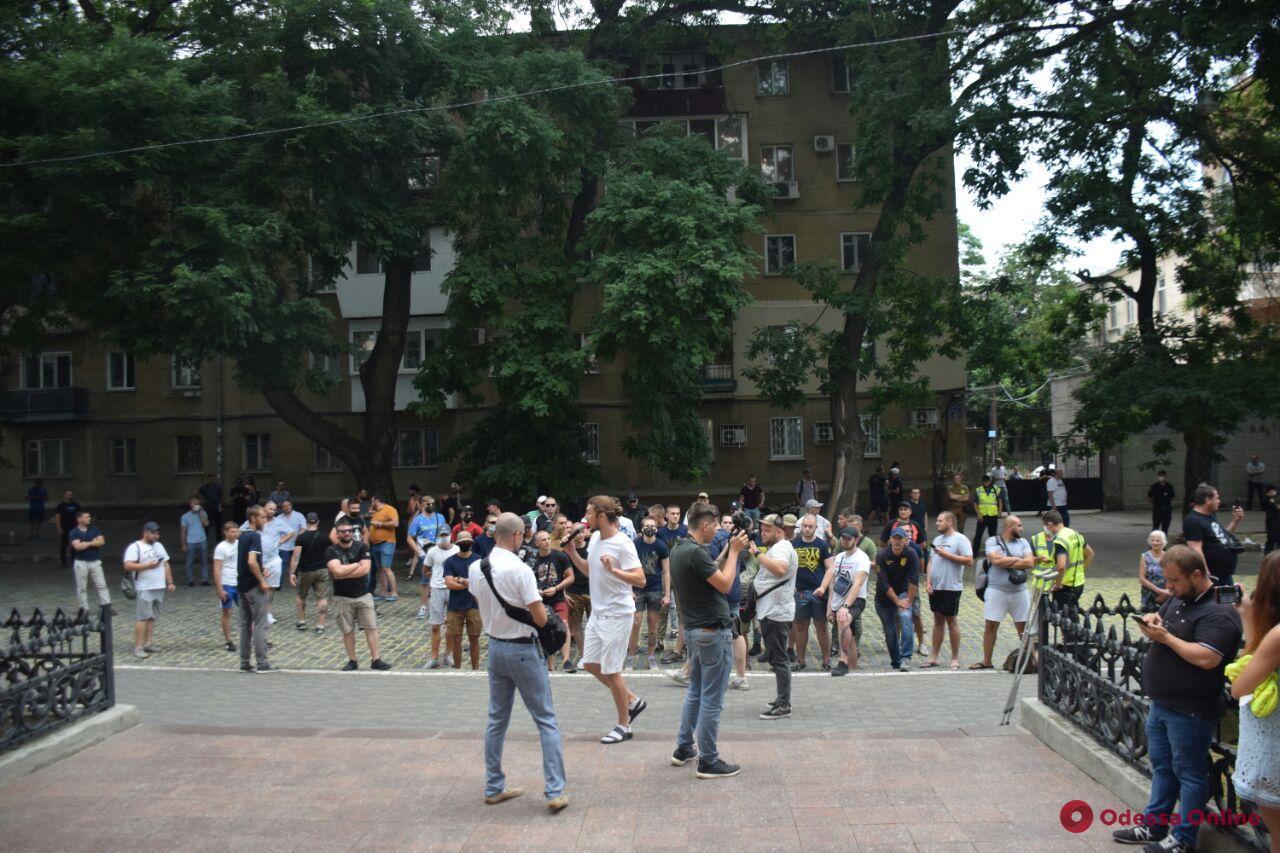 В здании суда одесский блогер полоснул себя лезвием по горлу (обновлено)