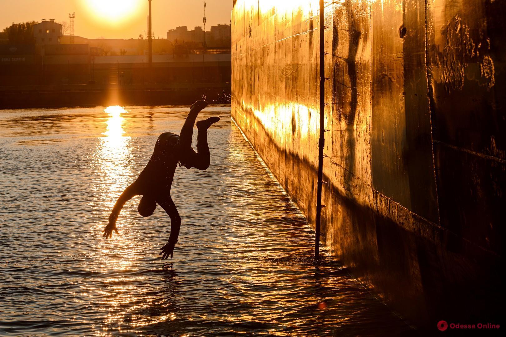 Хотел получить страховку: в Одессе индийский моряк прыгнул с судна в воду