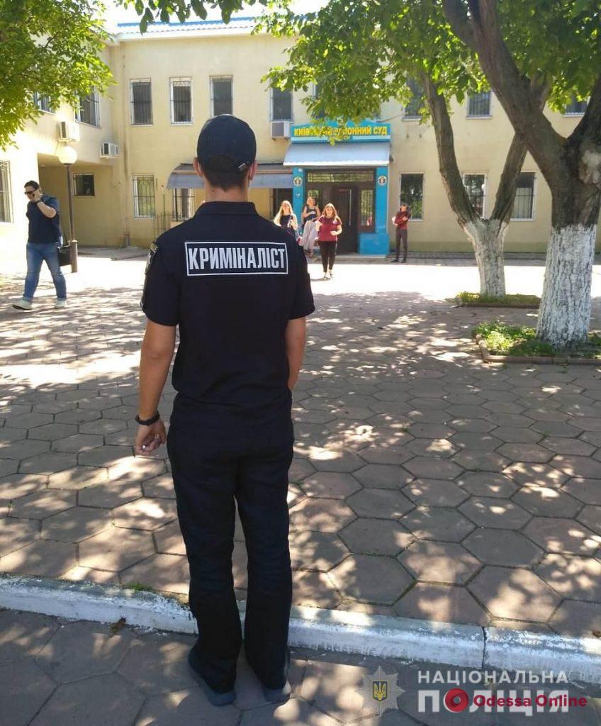 Полиция ищет взрывчатки сразу в двух одесских судах (обновлено)
