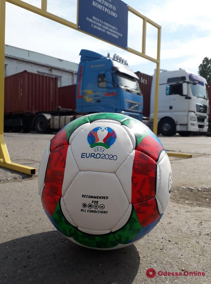 В Одессе сожгли две тысячи контрафактных футбольных мячей