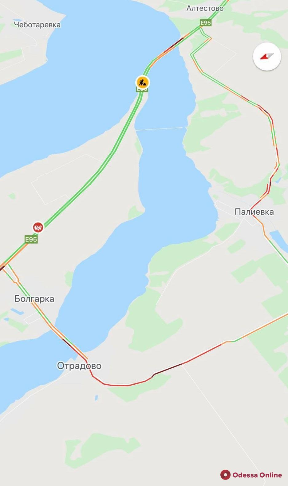 На Киевской трассе в сторону Одессы перекрыт мост через Хаджибейский лиман: движущиеся в объезд машины застряли в пробке