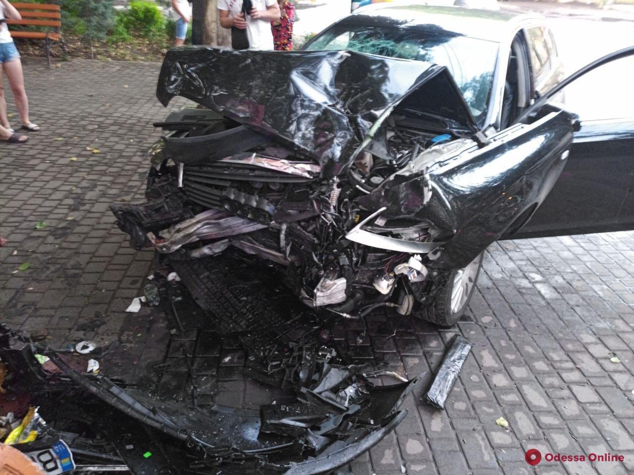 На Сегедской легковушка врезалась в МАФ после столкновения с минивэном