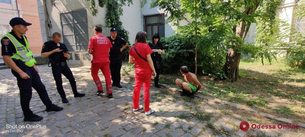 В Воронцовском переулке наркоман бросал камни в прохожих