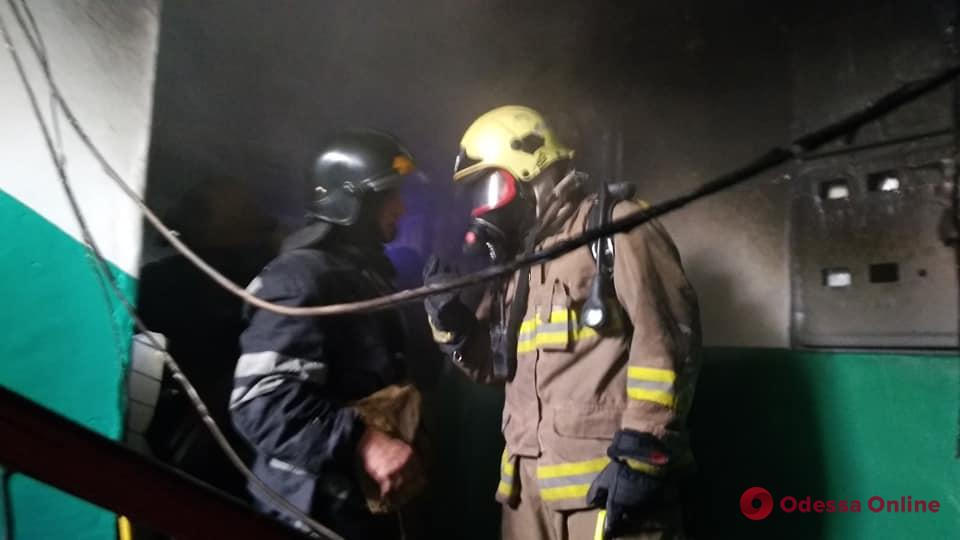 На Таирова горит квартира в девятиэтажке (фото, видео, обновляется)
