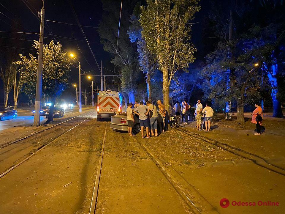 На Пересыпи BMW на «евробляхах» врезался в дерево – четверо пострадавших (фото, видео)
