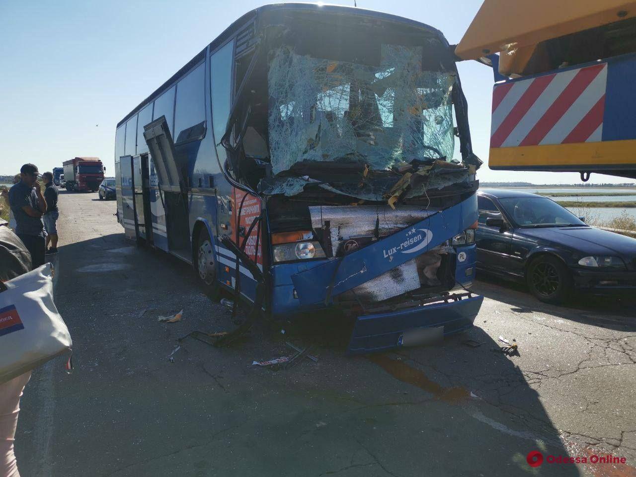 Под Одессой пассажирский автобус угодил в ДТП (обновлено)