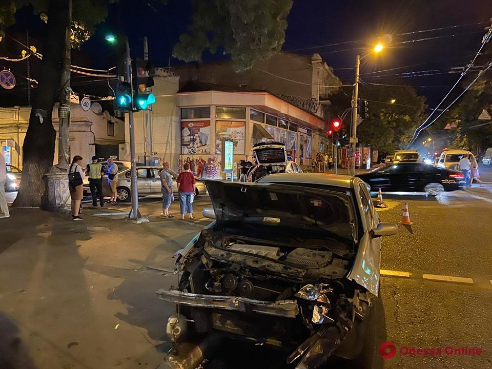 На углу Канатной и Успенской произошло ДТП с участием полицейской машины (фото)