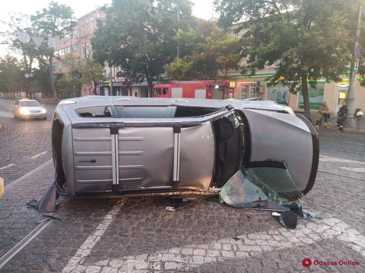 В центре Одессы Subaru столкнулся с Hyundai и опрокинулся