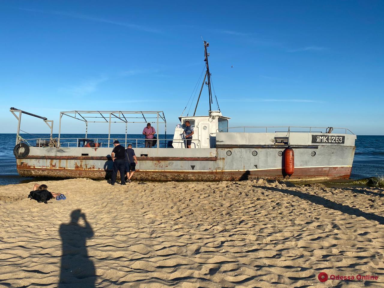 В Затоке рыболовецкое судно выбросило на пляж