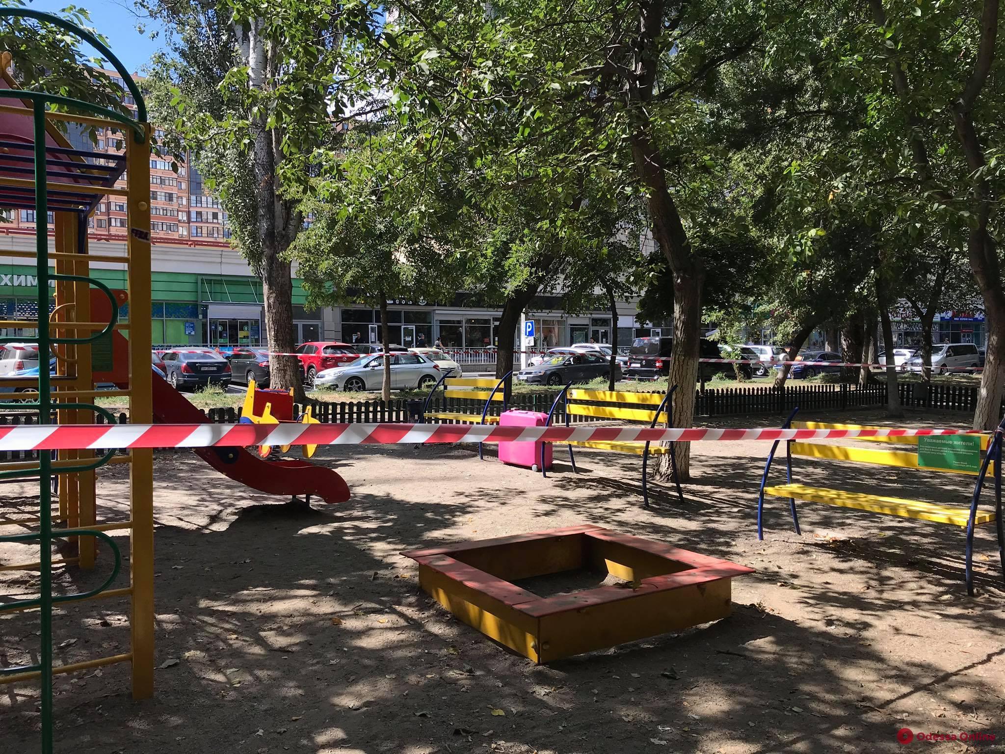 В Одессе из-за подозрительного чемодана оцепили детскую площадку