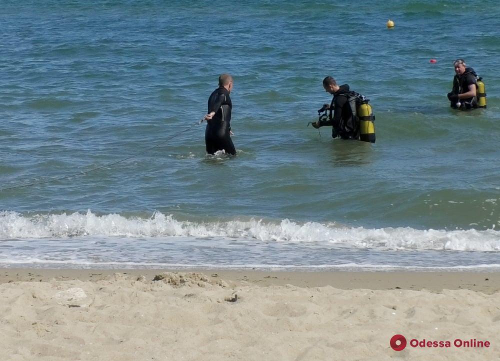 Спасатели уничтожили морскую мину с пляжа в Черноморске (фото, видео)