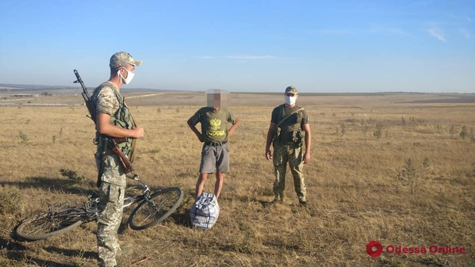 В Одесской области пограничники задержали велосипедиста в футболке с надписью «Россия»