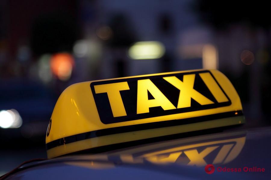 В центре Одессы трое грабителей напали на таксиста