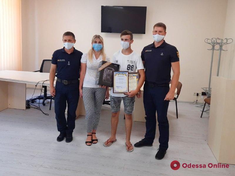 Под Одессой наградили школьника, который спас мужчину на пляже