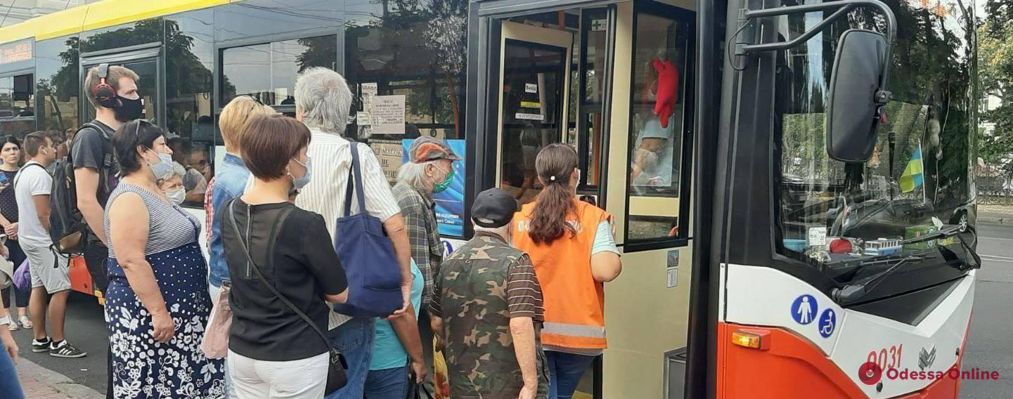 Карантин: в одесском общественном транспорте запретили ездить стоя