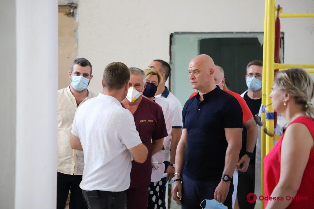 Мэр Одессы проверил, как идет капремонт в Еврейской больнице (фото)