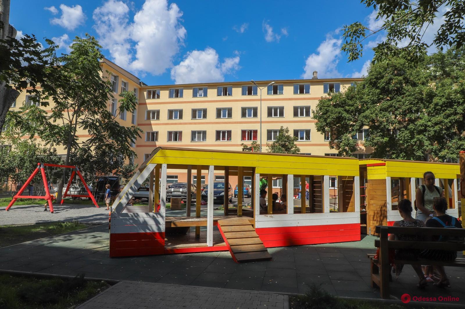 Во дворе общежития «Одесгорэлектротранса» сделали детскую площадку в виде трамвая