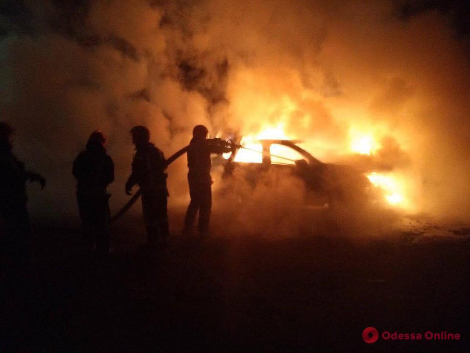 В Одессе ночью сгорел автомобиль (видео)