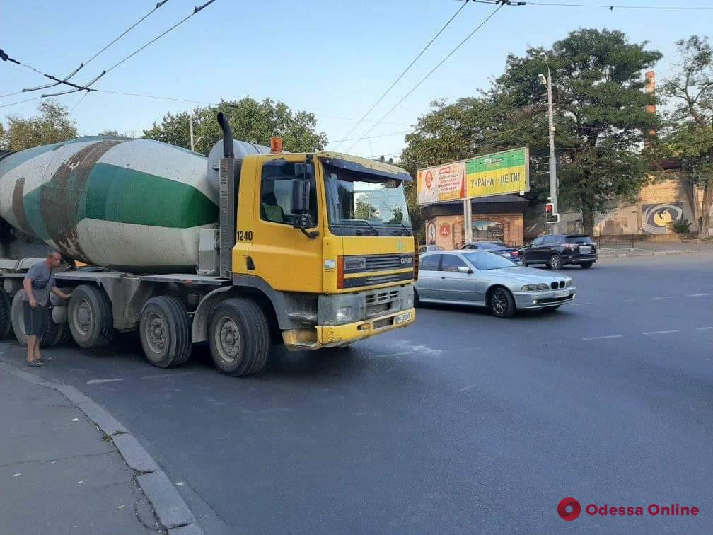 Сломавшаяся бетономешалка парализовала движение по Мельницкой