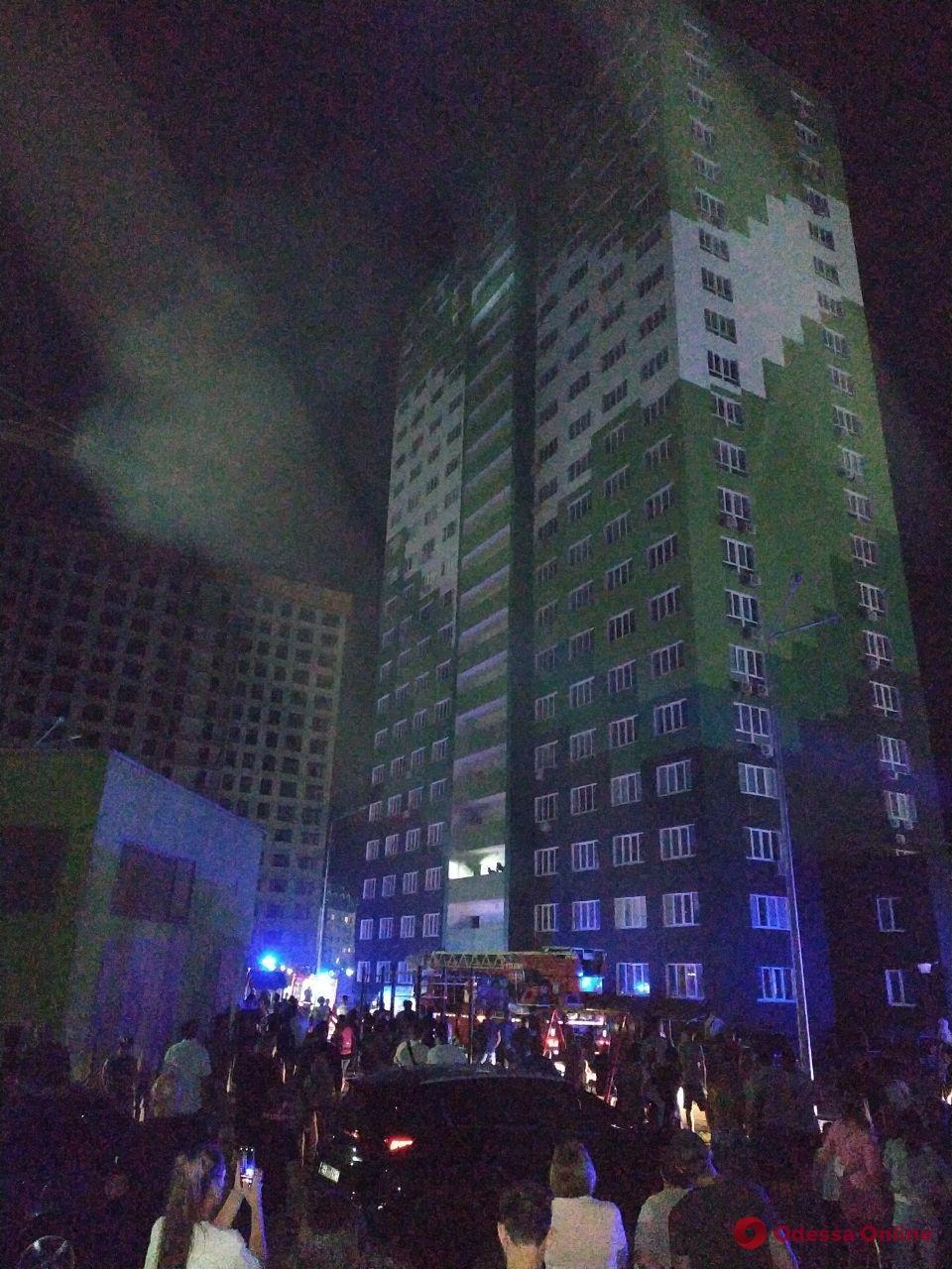 На поселке Котовского тушат пожар в 20-этажном доме (обновлено, фото)