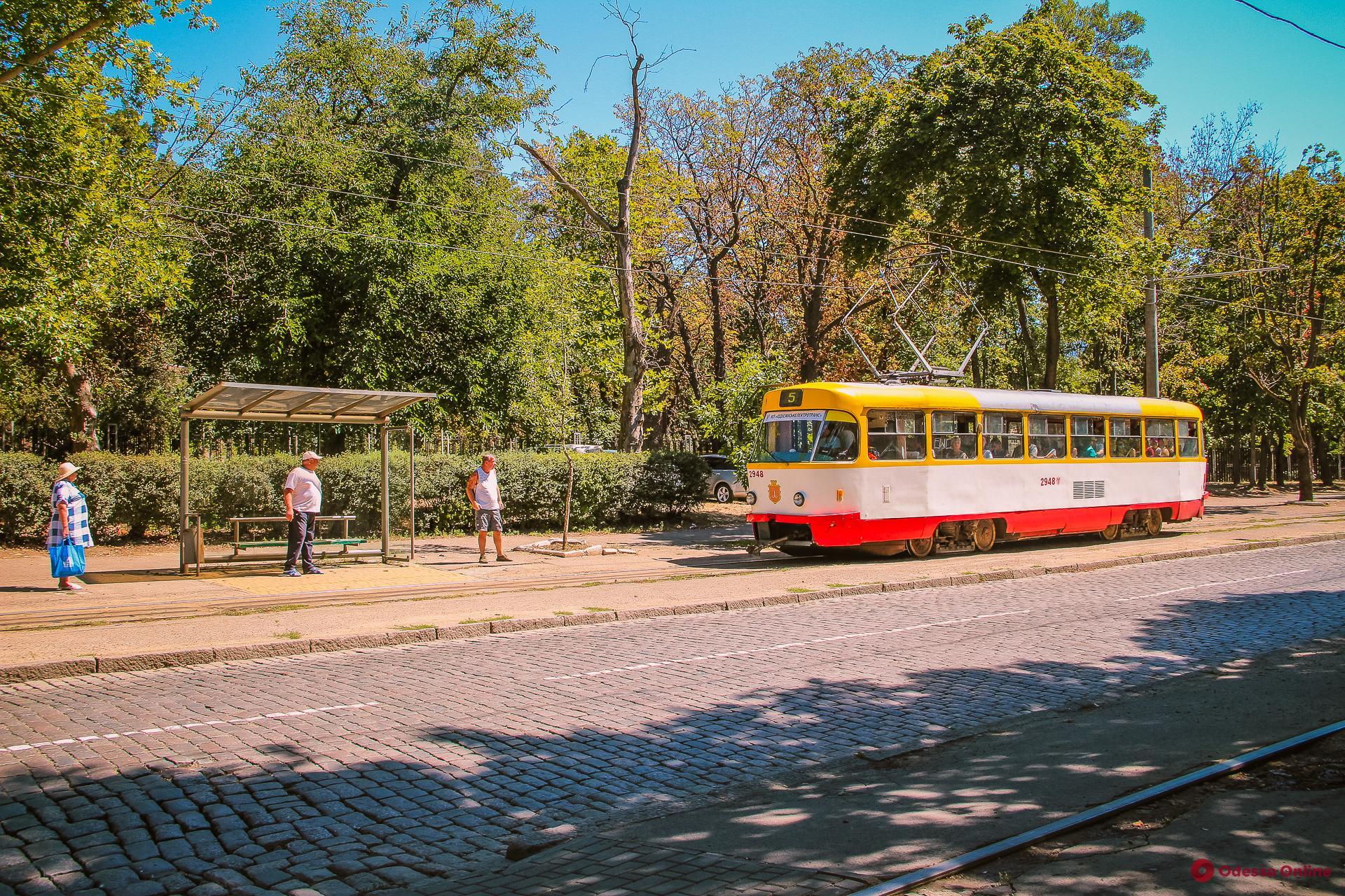 На Французском бульваре трамвай сошел с рельсов и зацепил легковушку (видео)