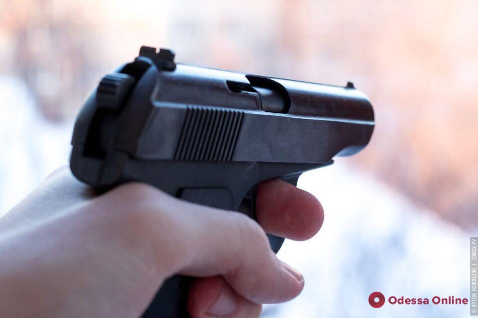 Пьяный вооруженный житель Одесской области напугал покупателей хлебного магазина