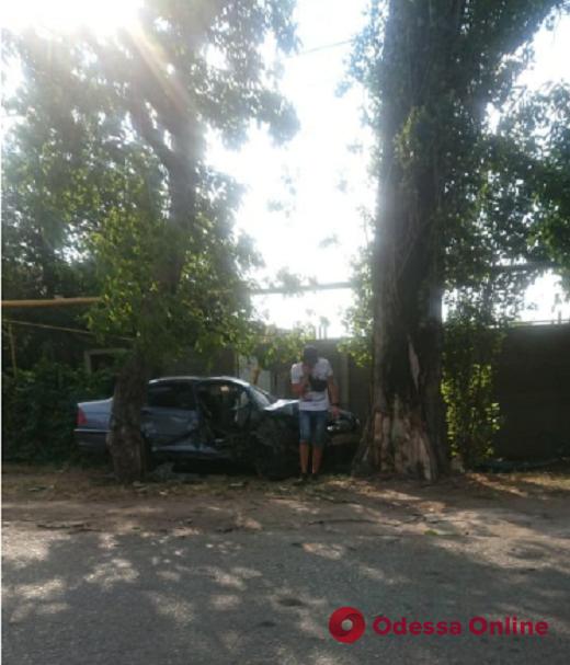 На Таирова легковушка влетела в дерево