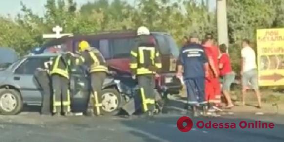 На Объездной дороге столкнулись легковушка и грузовик — пострадали два человека (видео, обновлено)