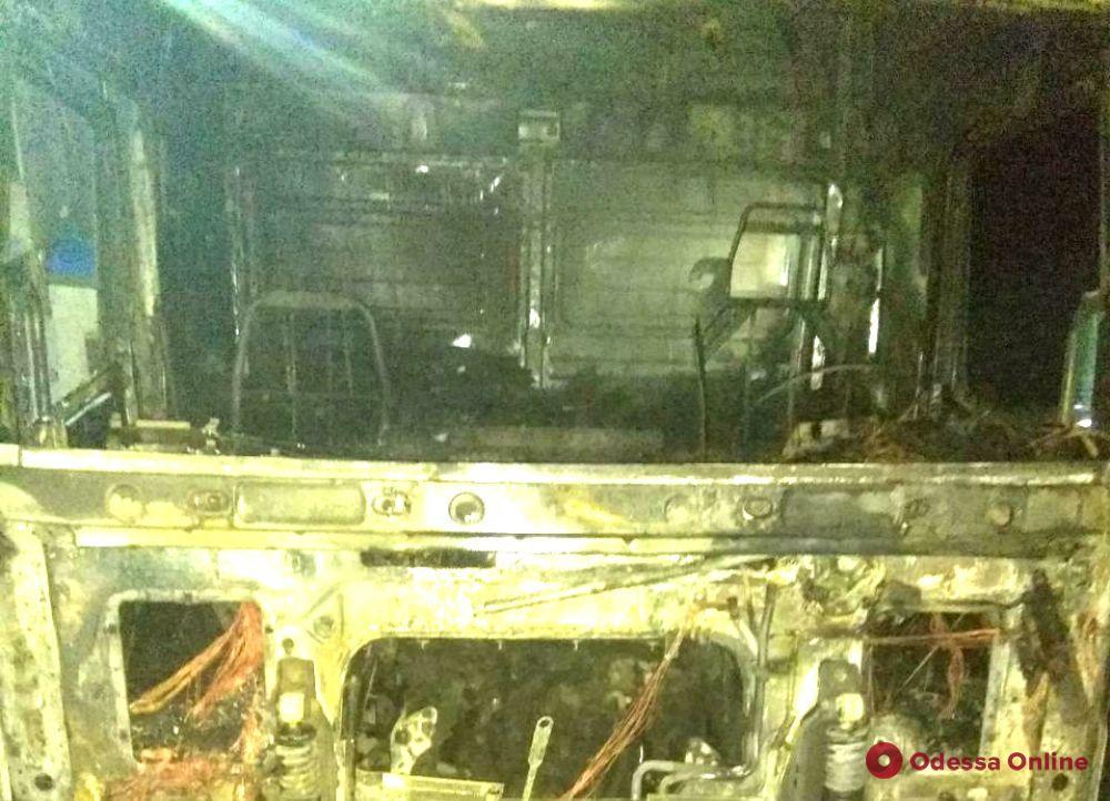 В Одесской области тушили загоревшийся грузовик для перевозки скота