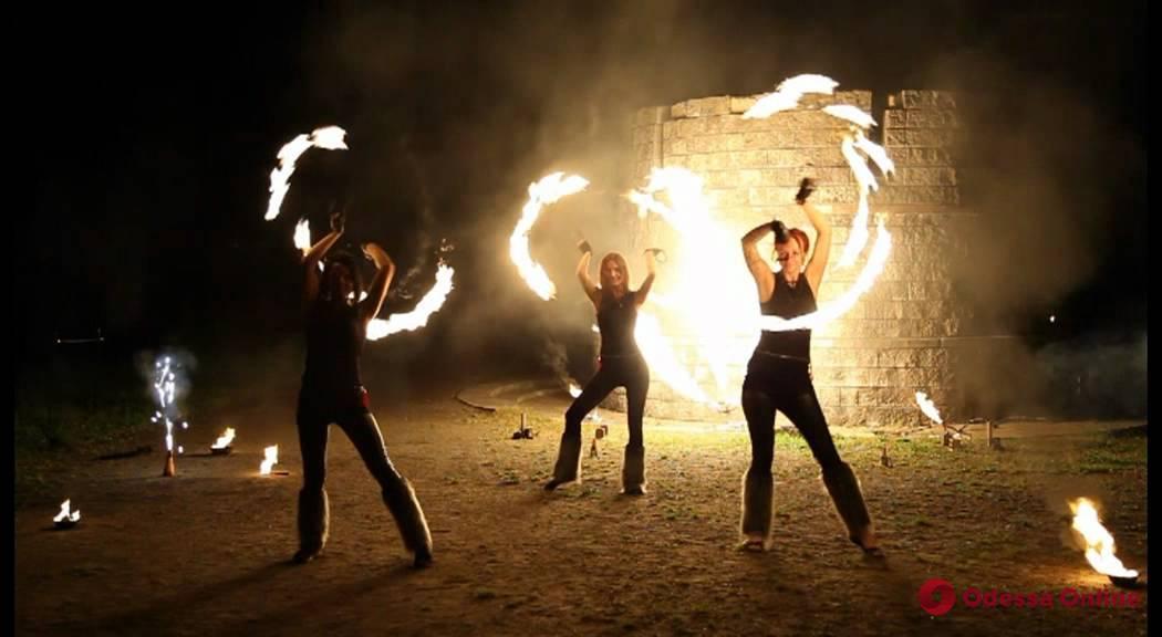 В Одессе во время фаер-шоу у девушки загорелось лицо (видео 18+)