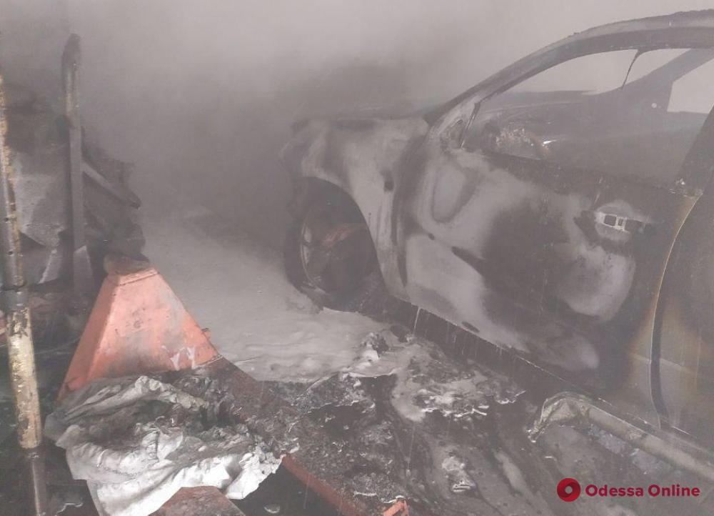 В Одесской области тушили пожар на СТО – одна машина сгорела