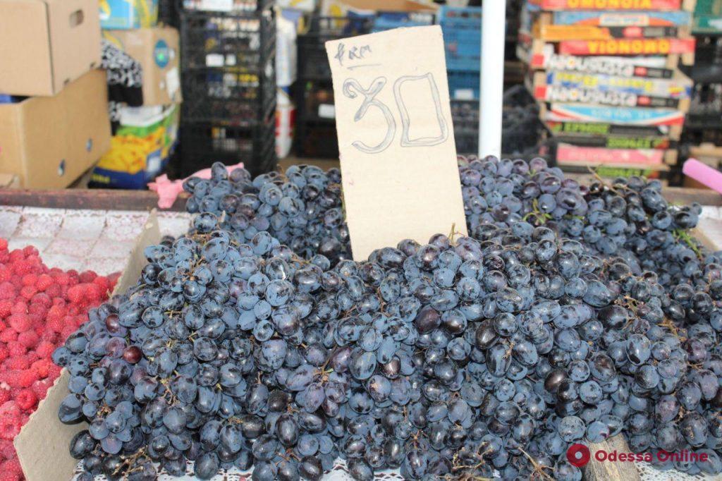 Клубника, момордика, виноград: воскресные цены на одесском «Привозе»