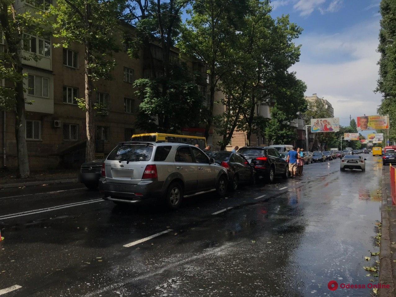 Встали «паровозиком»: на Среднефонтанской столкнулись четыре авто