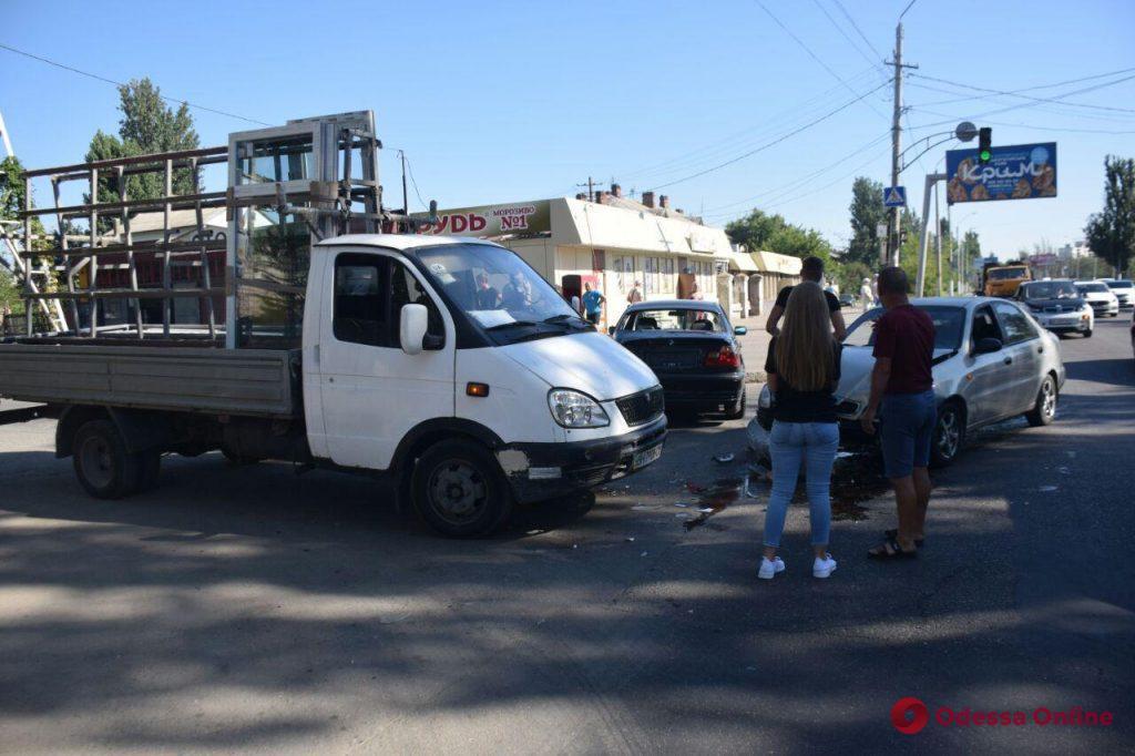В Одессе на Николаевской дороге произошло тройное ДТП (фото)
