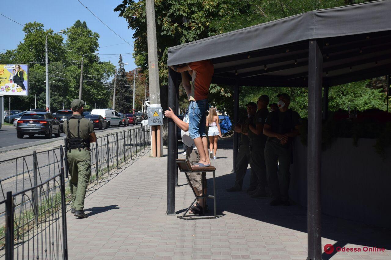 В Одессе вблизи Аркадии демонтируют часть летней площадки кафе (фото)