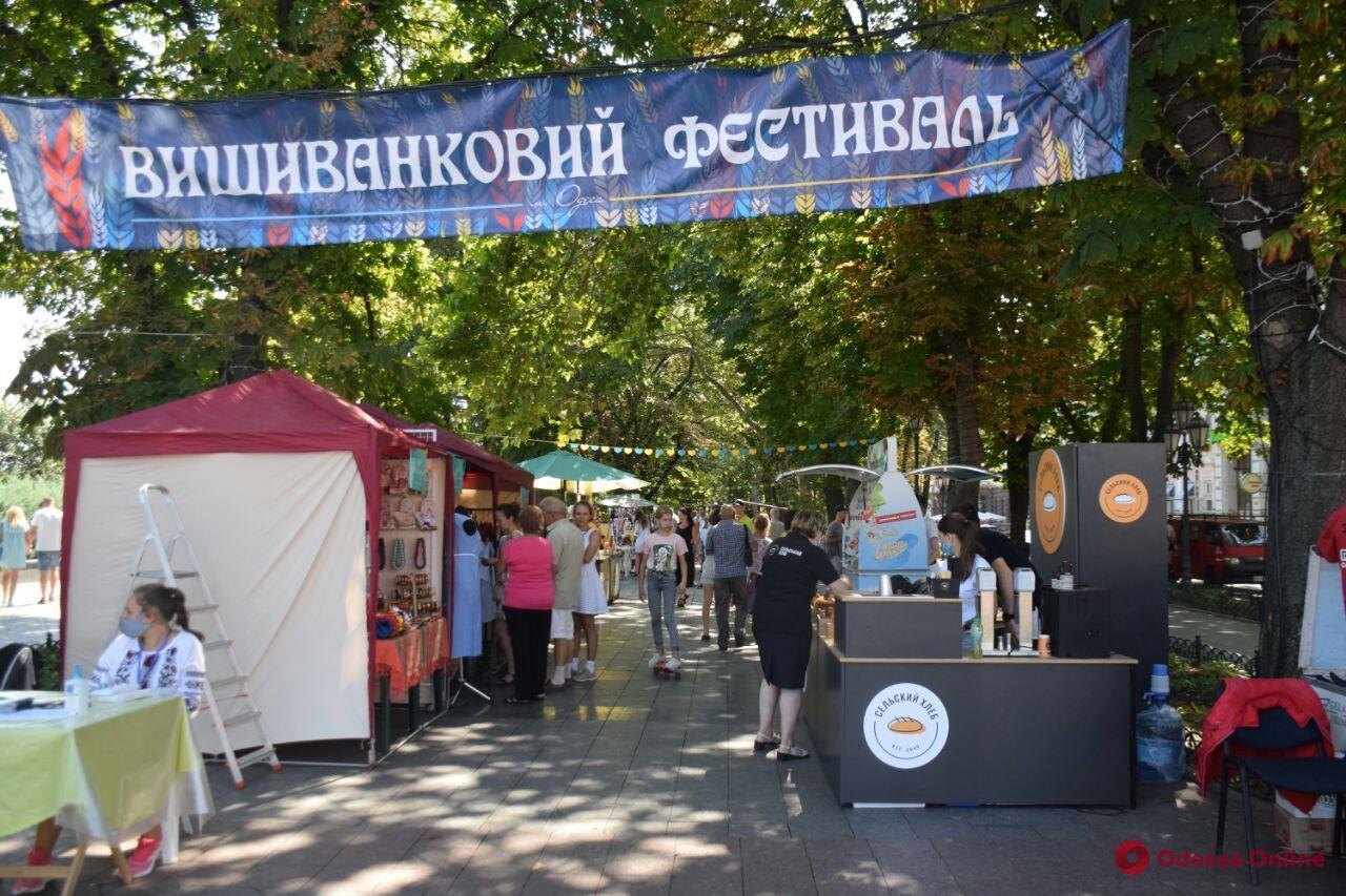 На Приморском бульваре открылась выставка-ярмарка народных мастеров (фото)
