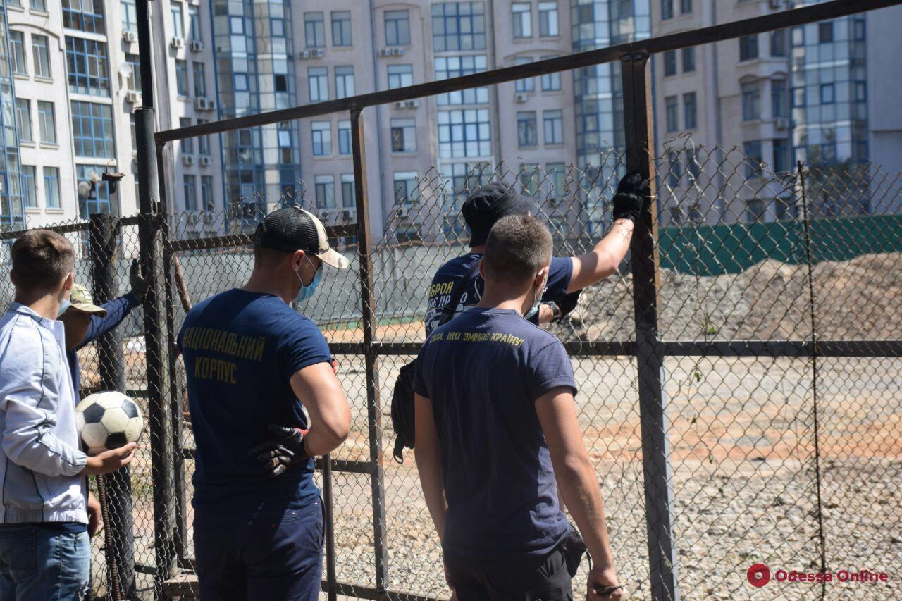 В Одессе активисты снесли забор стройки (фото, видео)