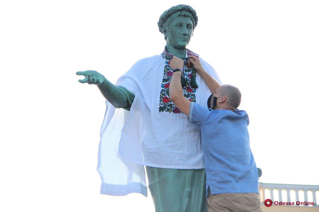 На памятник Дюку де Ришелье в Одессе надели вышиванку (фото)