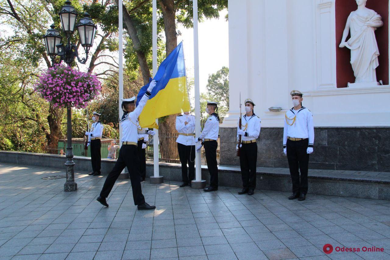 На Думской площади торжественно подняли Государственный флаг Украины (фото)