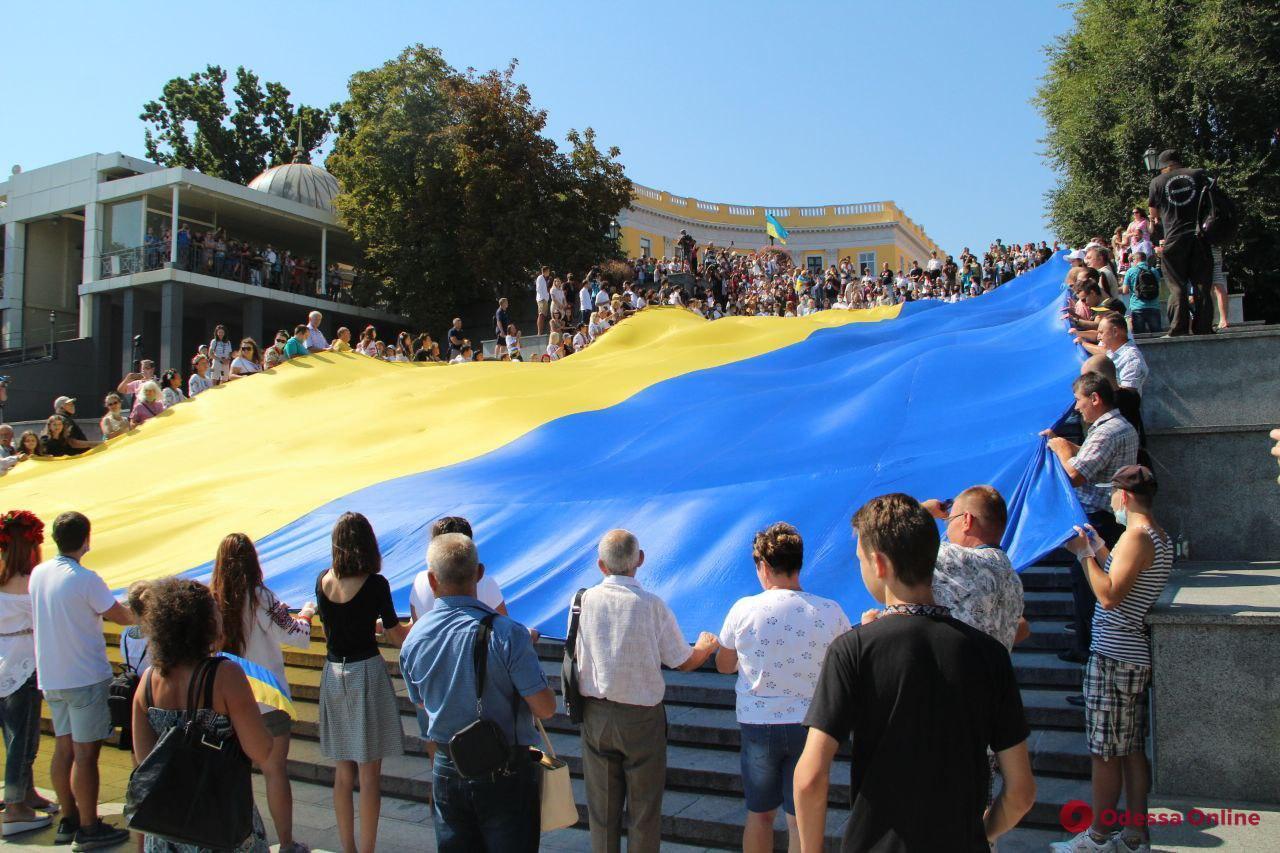 На Потемкинской лестнице развернули гигантский флаг Украины (фото и видео)