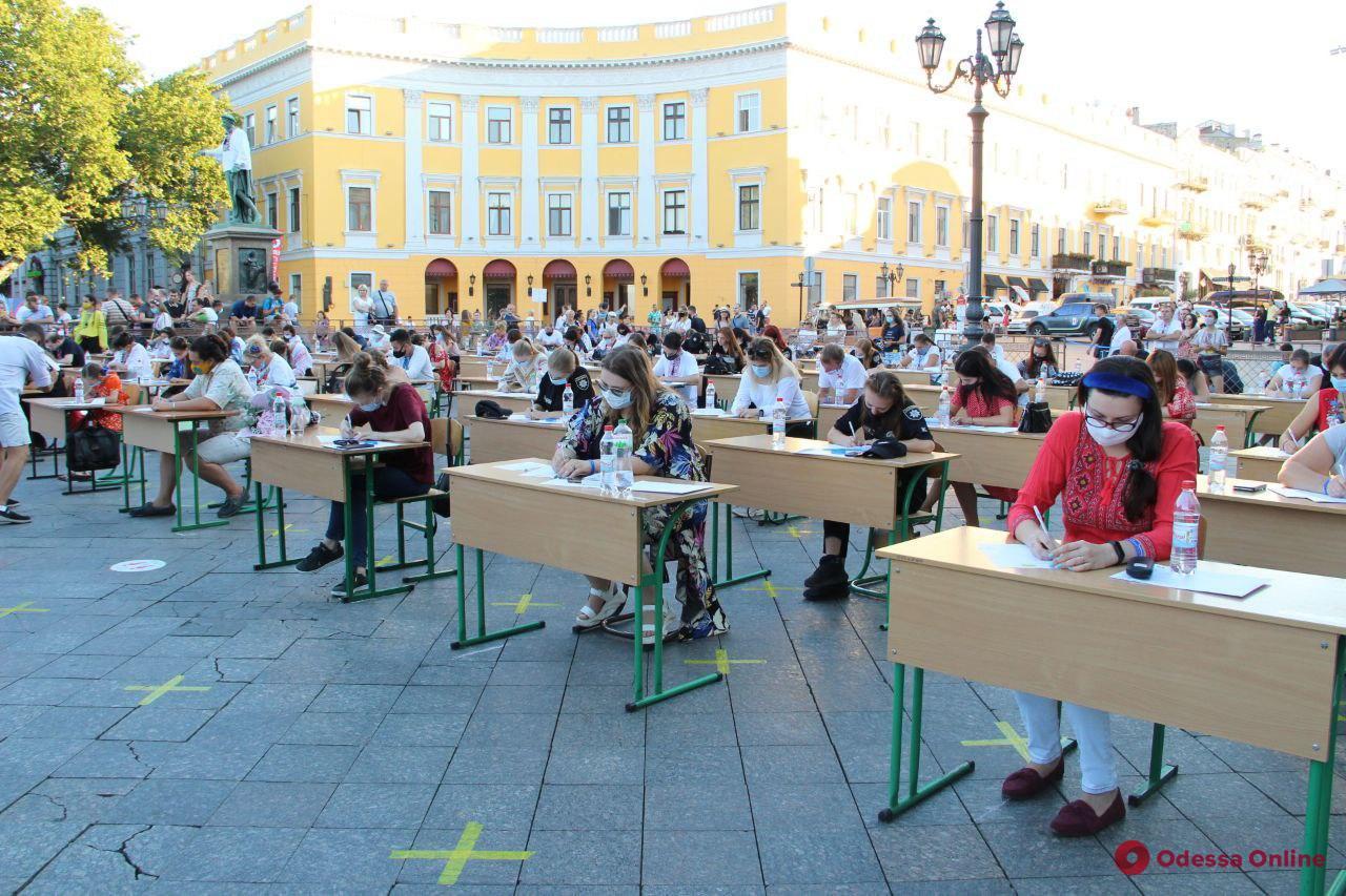 На Приморском бульваре состоялся опен-эйр диктант по украинскому языку (фото)
