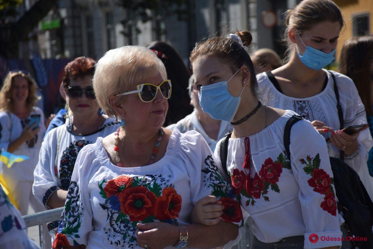 Не держась за руки: в Одессе «Вышиванковая цепь» проходит в карантинном формате (фото)