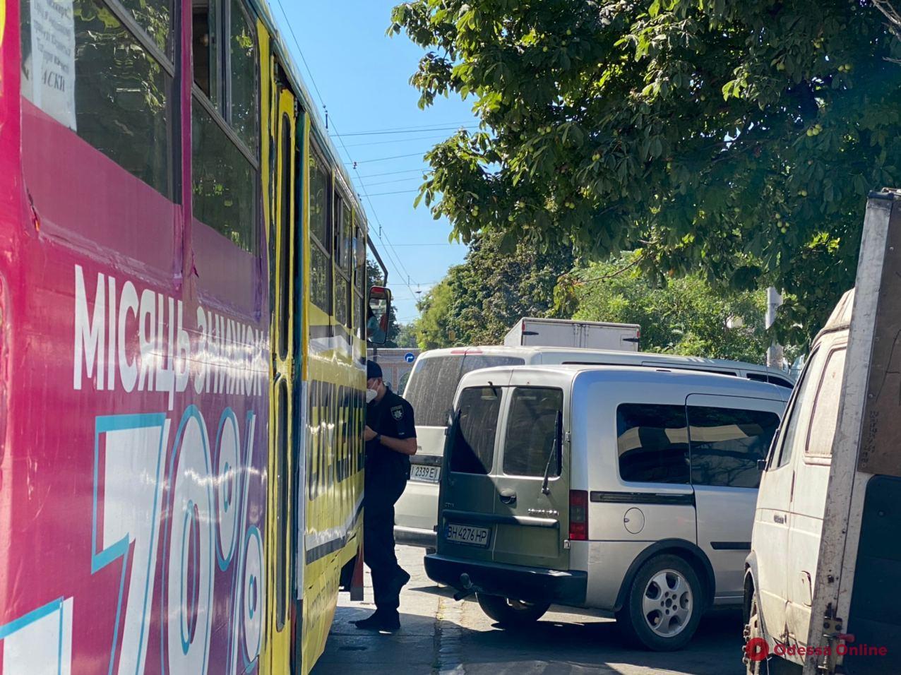 Возле «Привоза» автохам заблокировал движение трамваев (фото)