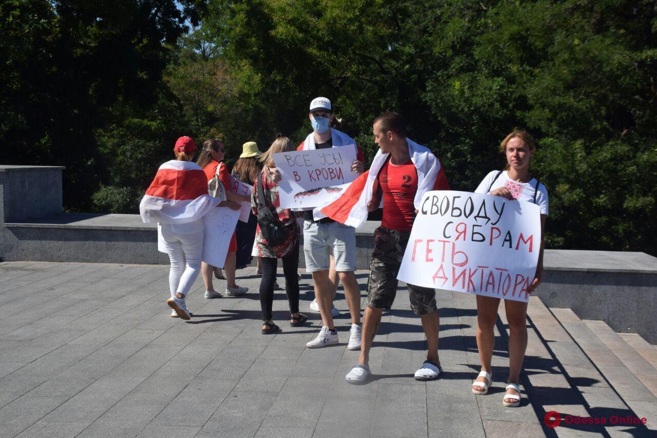 «Нет кровавой диктатуре»: в Одессе провели митинг в поддержку участников протестов в Беларуси (фото)