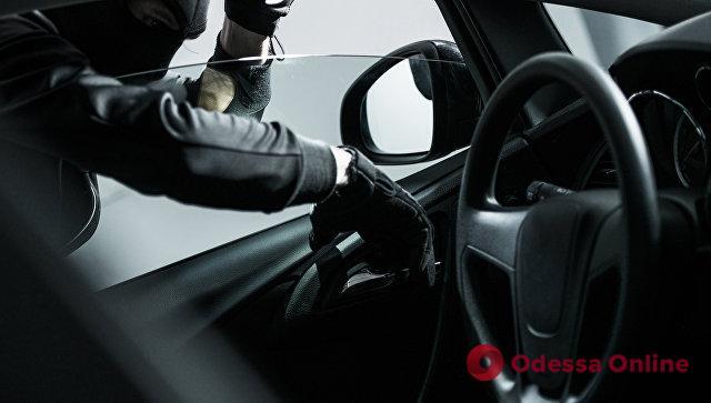 В Одессе двое парней угнали автомобиль, чтобы добраться до Любашевки